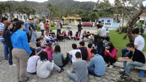 A diretora da Casa do Patrimônio Vale do Ribeira, arq. Myrian Teresa palestra para os alunos do Colégio Rio Branco na praça São Benedito, em Iguape