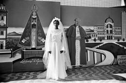 Noiva em romaria Aparecida do Norte-SP 1981 Crédito: Nair Benedicto/N Imagens